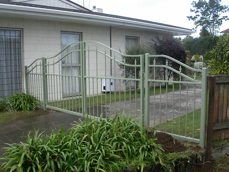 Double curve top gates with inner spears